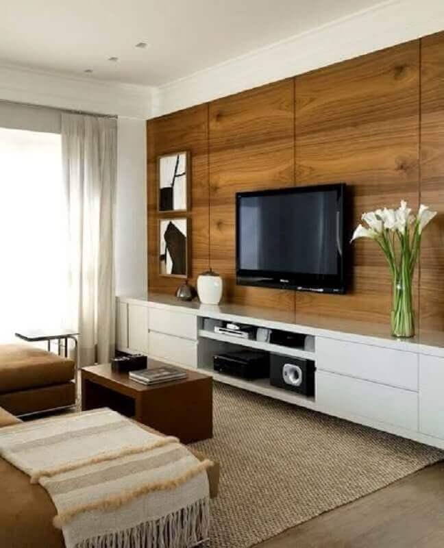 tapete sisal bege para decoração de sala de TV com painel de madeira Foto DecoStudio