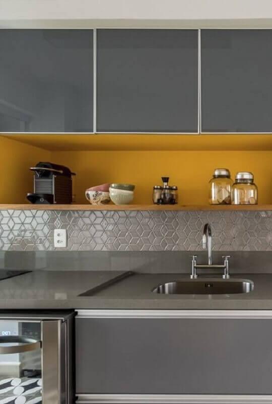 tendências de decoração para 2021 - cinza e amarelo para decoração de cozinha Foto Archtrends