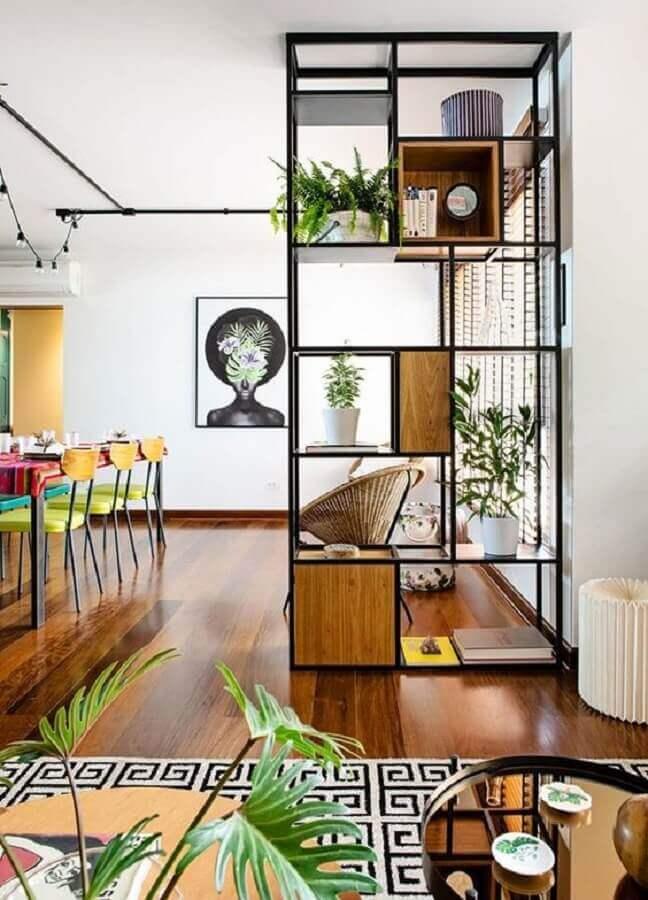 tendências de decoração para 2021 - estante vazada industrial para casa conceito aberto Foto Simples Decoração