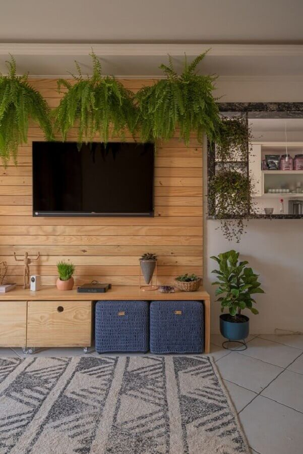 tendências de decoração para 2021 - sala de tv decorada com painel de madeira e vasos de plantas Foto Pinterest