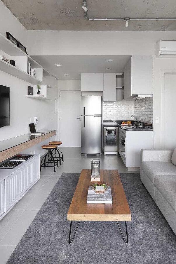 tons de cinza e mesa de centro de madeira para sala e cozinha integrada pequena Foto Home Fashion Trend