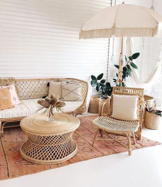 Varanda com sofá rústico e poltrona combinando