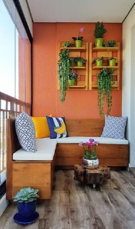varanda decorada com sofá de canto pequeno de madeira Foto Jeito de Casa