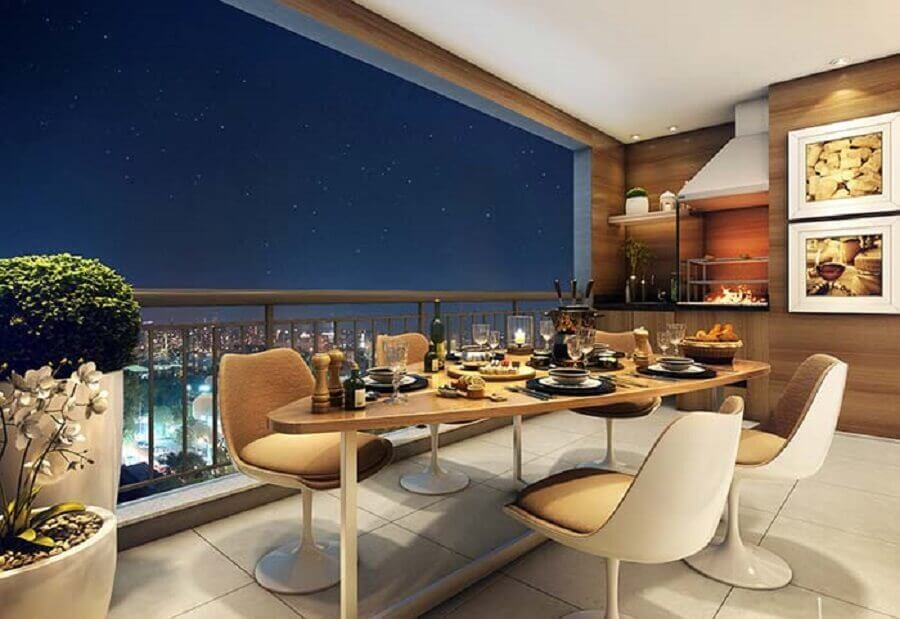 varanda gourmet com churrasqueira em apartamento decorado com revestimento de madeira  Foto Dcore Você