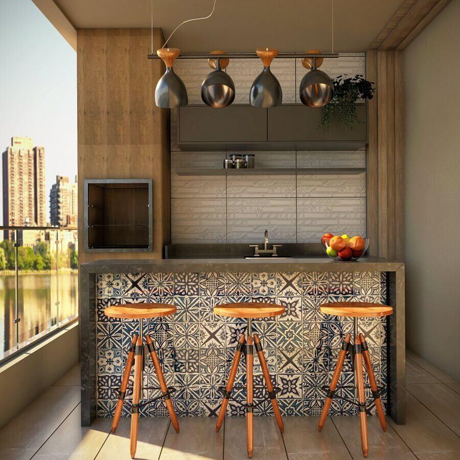 varanda gourmet pequena com churrasqueira em apartamento com revestimento e banquetas de madeira  Foto Tecnisa