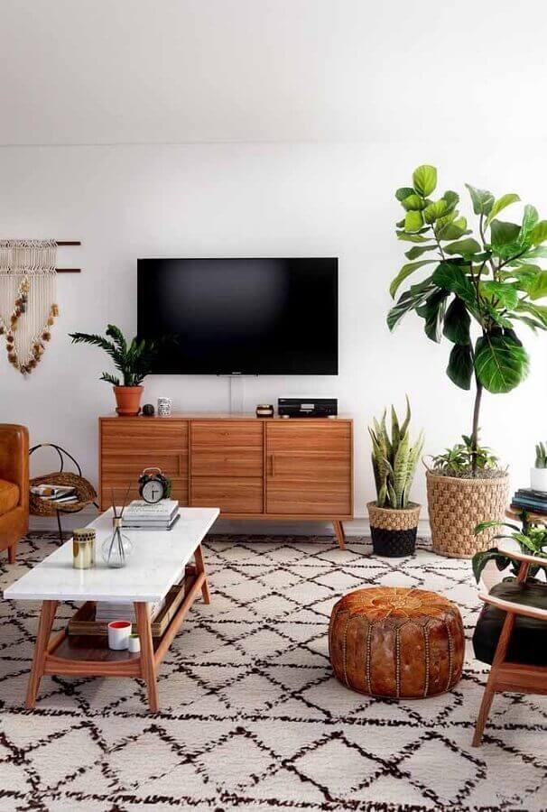 vaso de chão decorativo para sala de TV com puff redondo e poltrona de madeira Foto Apartment Therapy