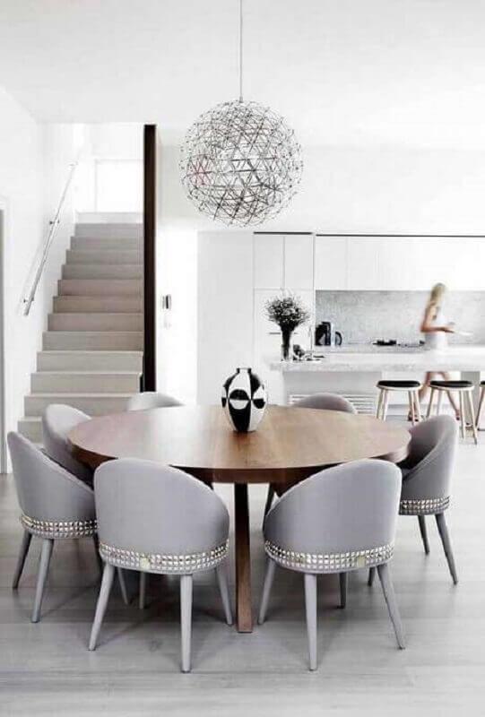 vaso decorativo para sala de jantar cinza moderna com mesa de madeira redonda  Foto Pinterest