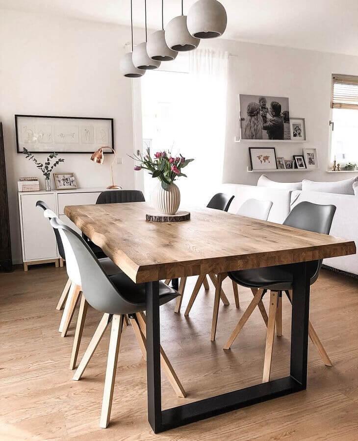 vasos de flores para decoração de sala de jantar com mesa industrial Foto We Heart It