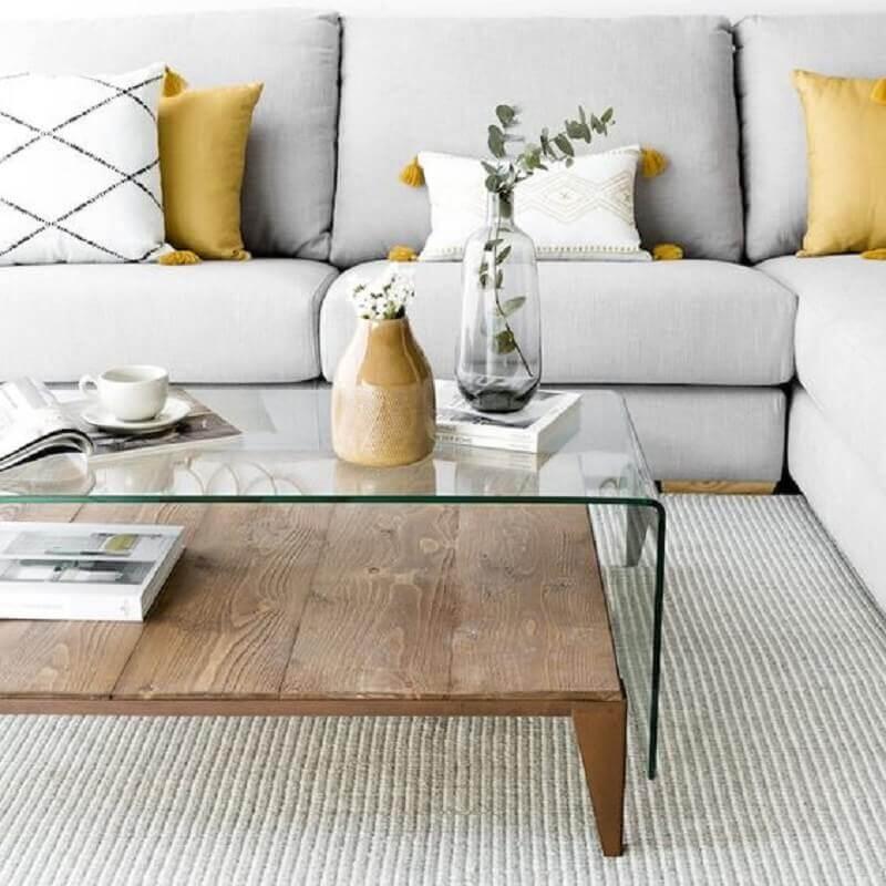 vasos decorativos para sala de estar cinza decorada com mesa de centro de vidro e madeira  Foto Kenay Home