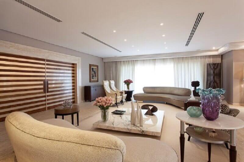 vasos decorativos para sala de estar grande e sofisticada  Foto Denise Barreto