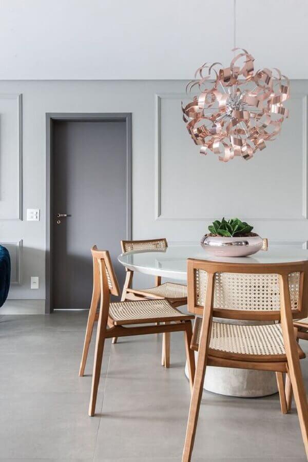 vasos decorativos para sala de jantar cinza moderna com mesa de jantar redonda  Foto Gislaine Seccato