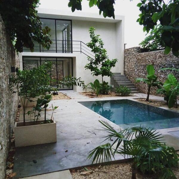 Área externa com piscina de uma casa sobrado