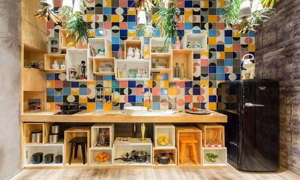 Revestimento para área gourmet com nichos de madeira