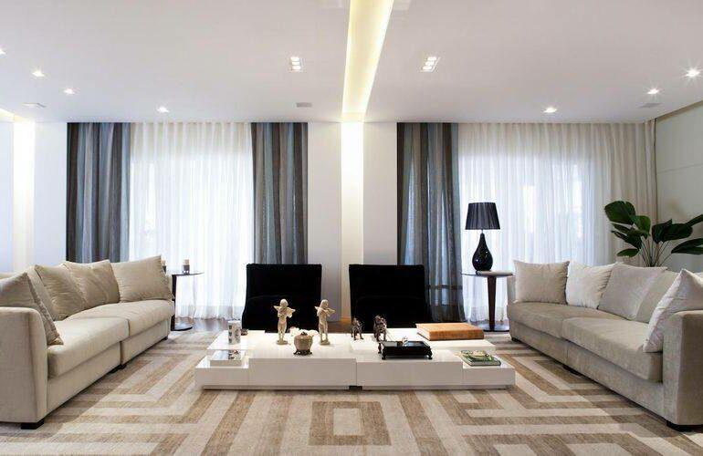 Sala de estar com tapete grande - Via: PArk CH Arquitetura
