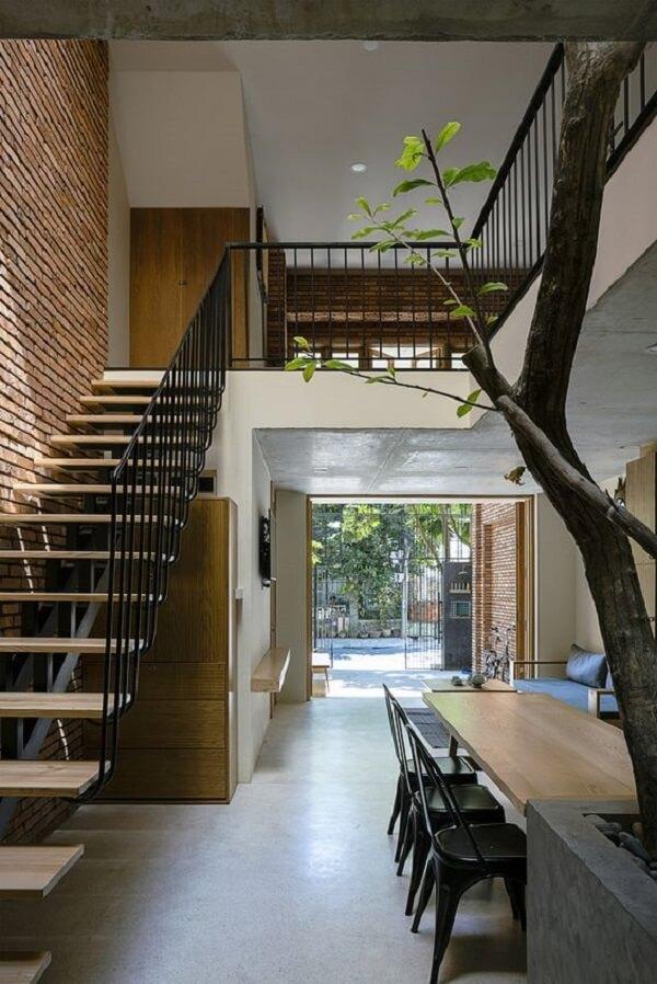 A árvore é o grande destaque dessa casa germinada sobrado
