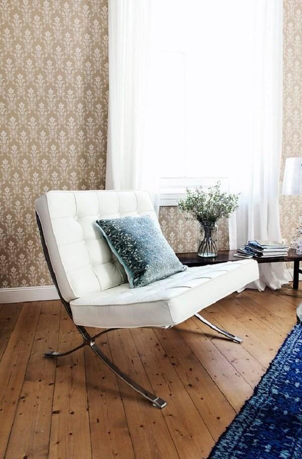 A almofada sobre a poltrona barcelona branca traz um toque de conforto a mais para a peça