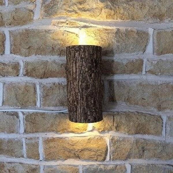 A arandela de madeira externa deixa a decoração ainda mais especial