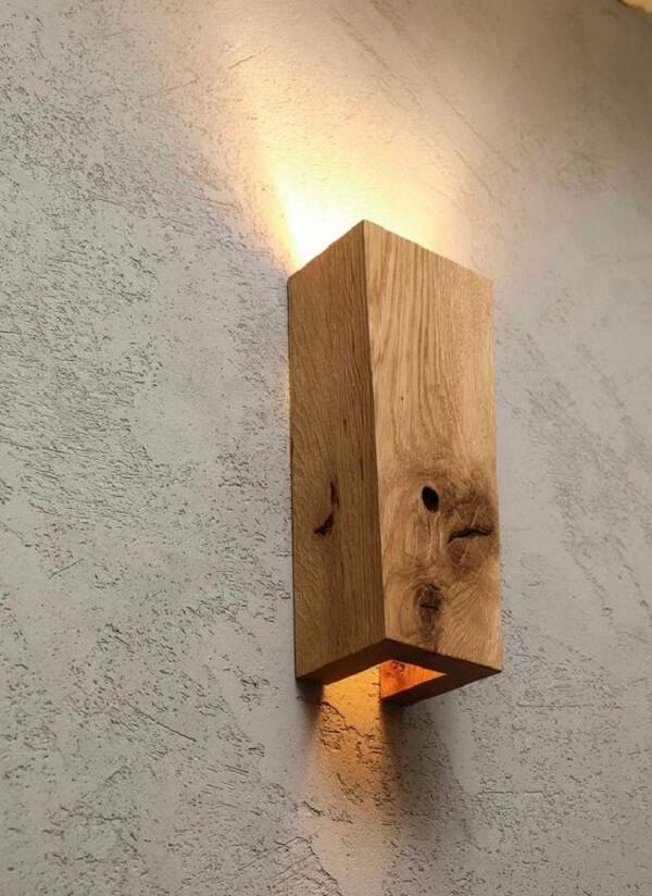 A arandela de madeira rústica pode ser usada em todos os cômodos da casa