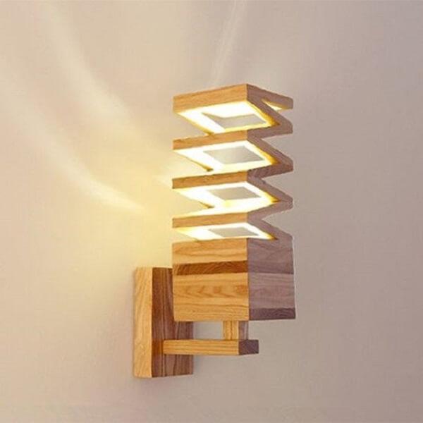 A arandela de parede de madeira pode favorecer a iluminação de diferentes cômodos da casa