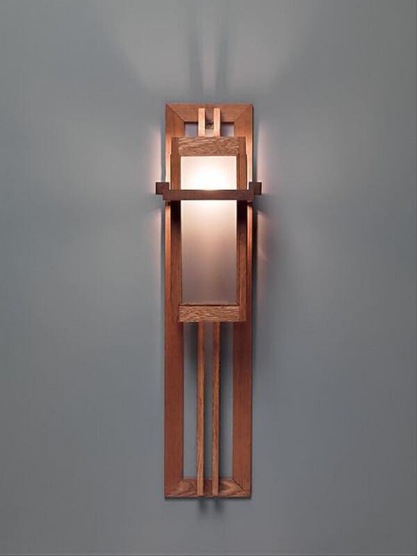A arandela rústica também pode favorecer a iluminação de corredores e escadas