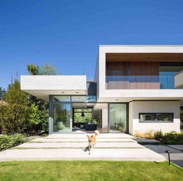 A beleza dos volumes retangulares trazem charme para a fachada de casas sobrado