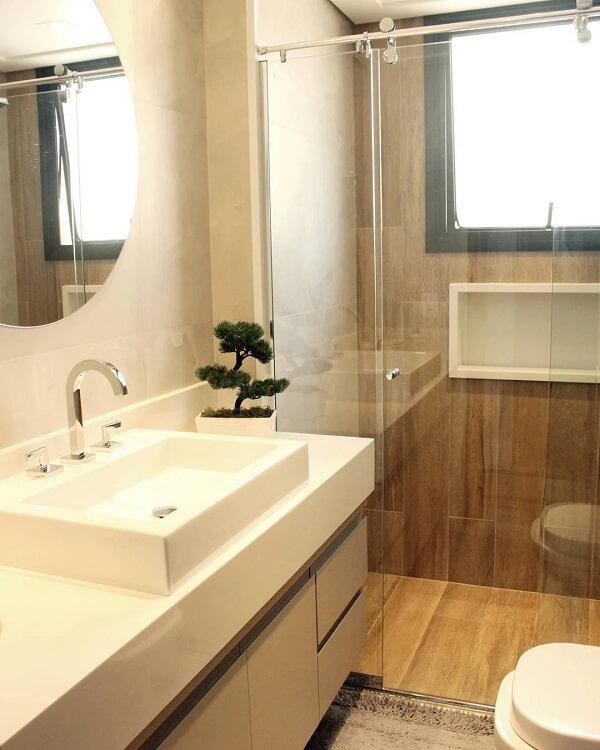 A cerâmica cor de madeira é perfeita para ambientes úmidos como o banheiro