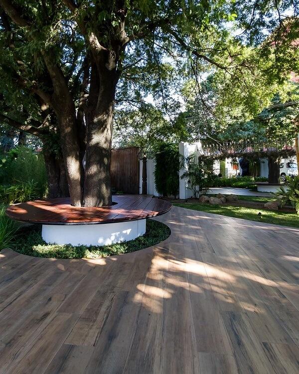 A cerâmica cor de madeira é perfeita para ser usada em áreas externas