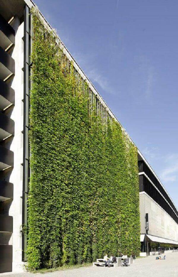 A decoração com muro inglês toma conta de toda a faixada do prédio