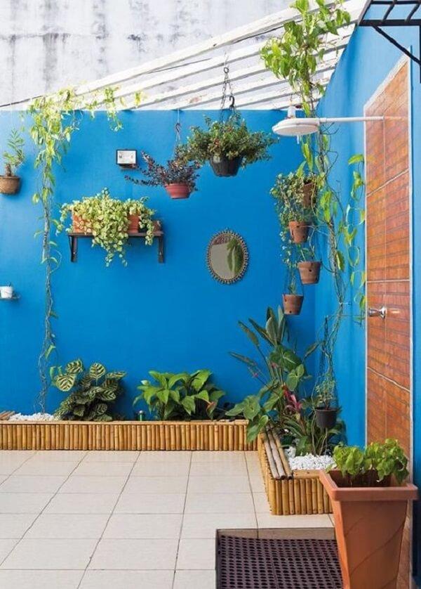 A decoração de muro externo em tom de azul traz alegria para o quintal