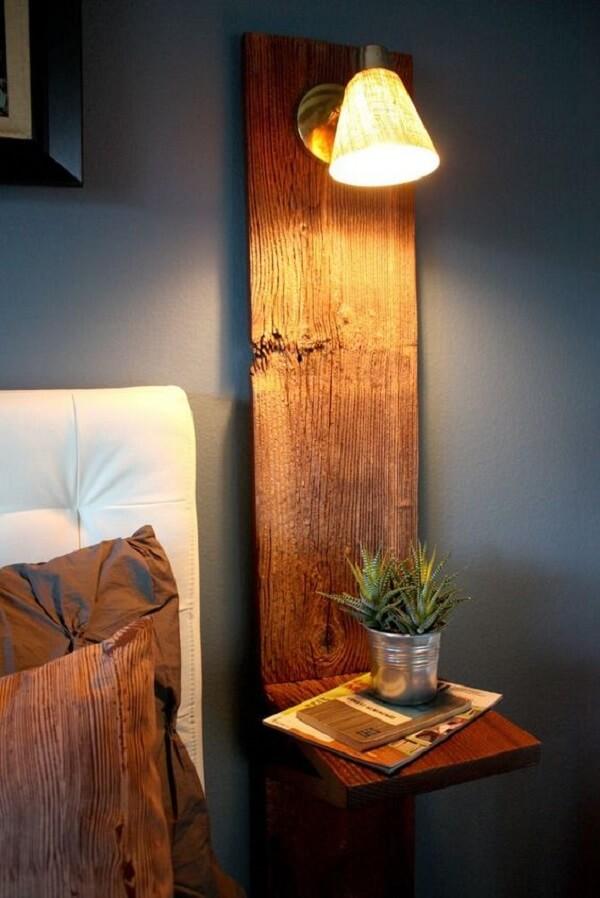 A estrutura da arandela de madeira também serve de apoio para objetos decorativos