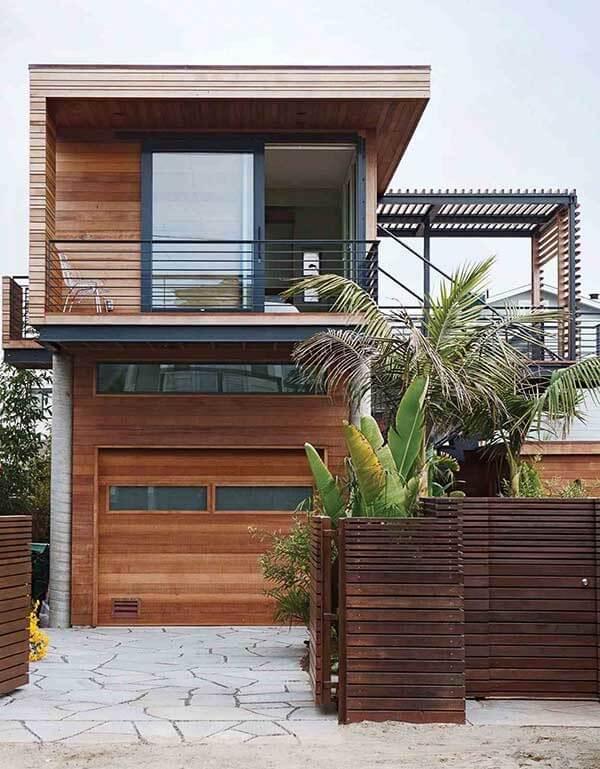 A madeira pode proporcionar arranjos modernos na fachada dessa casa germinada sobrado