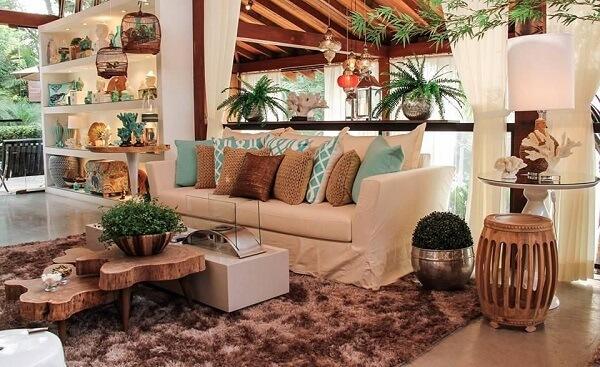 A mesa de madeira rústica se conecta diretamente com o tapete shaggy marrom