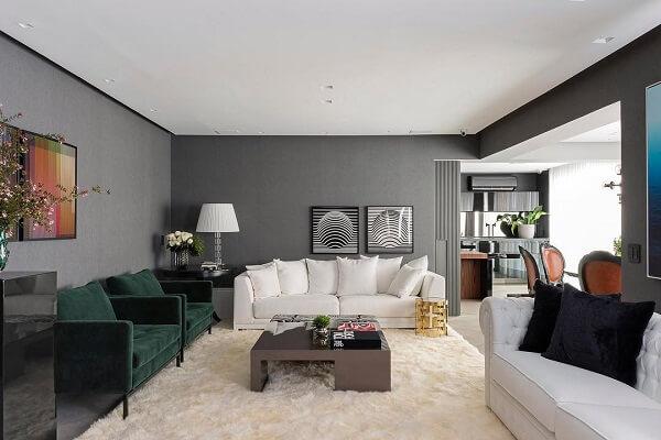 A neutralidade do tapete shaggy branco trouxe equilíbrio para a decoração