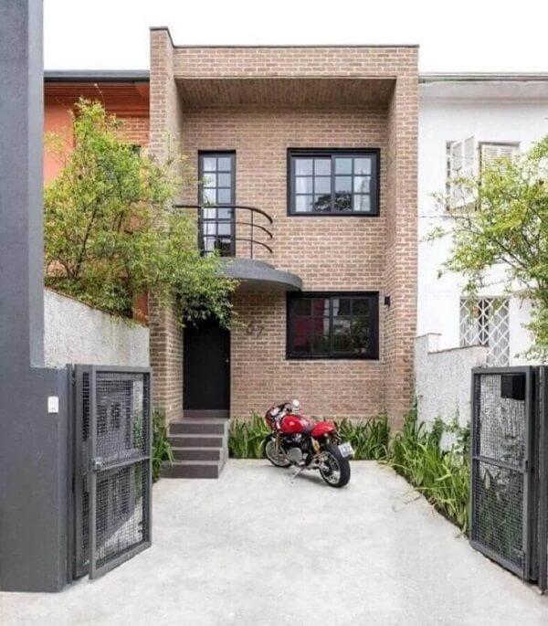 A platibanda traz charme e oculta a cobertura da casa sobrado