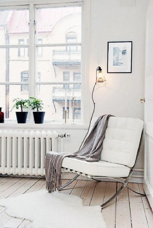 A poltrona barcelona branca apresenta linhas simples e modernas