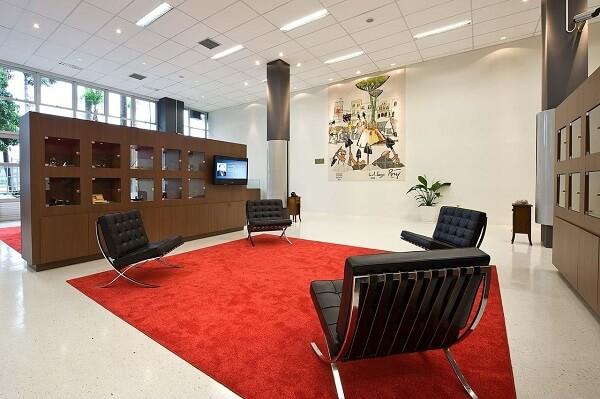 A poltrona barcelona caramelo é perfeita para compor a mobília de empresas, bibliotecas, e salas de reunião