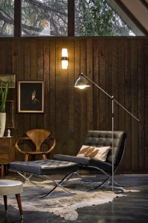 A poltrona barcelona se conecta com elementos em madeira