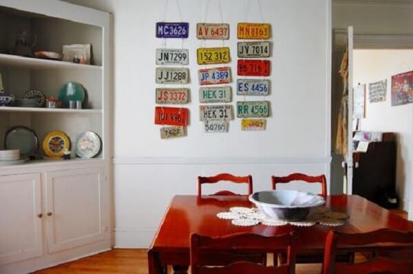 A sala de jantar fica ainda mais estilosa na presença desses placas automotivas