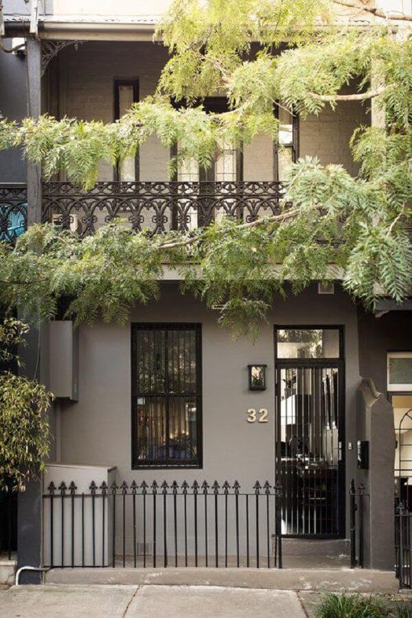 A vegetação se destaca no projeto dessa casa com sobrado