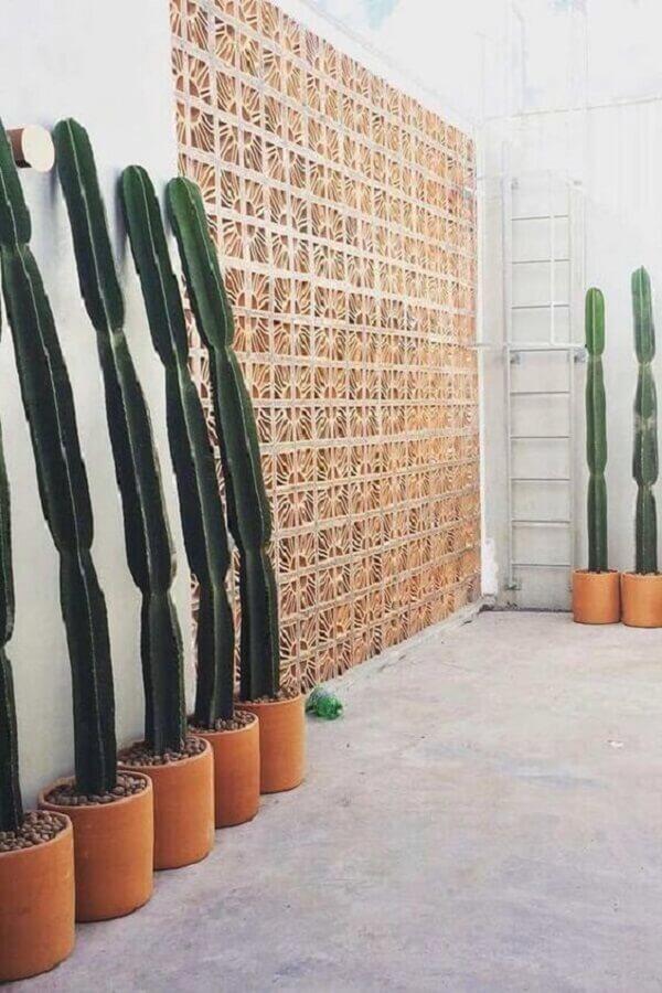 Além da decoração com muro inglês é possível encontrar modelos de muros decorados de cobogó