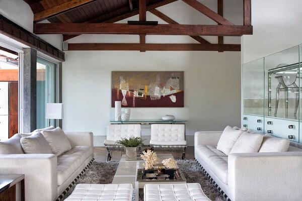 Alinhe a poltrona barcelona branca com os demais móveis da sala