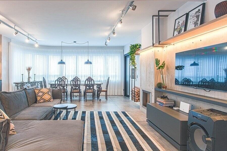 Apartamento amplo decorado com trilho de luz e fita de LED para prateleiras Foto habitíssimo