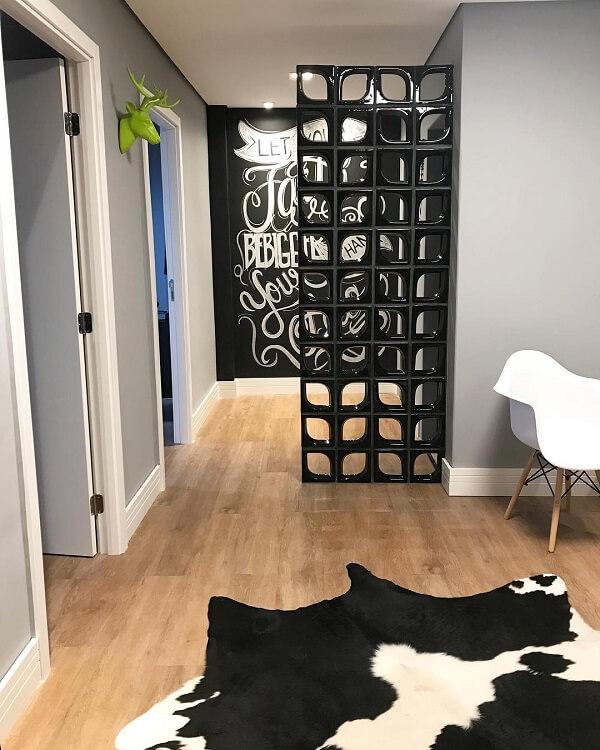 Aposte na combinação entre piso cor de madeira e tom preto na decoração