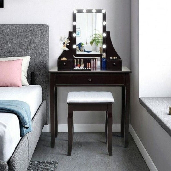 Aproveite a lateral da cama para instalar o espelho com led para quarto