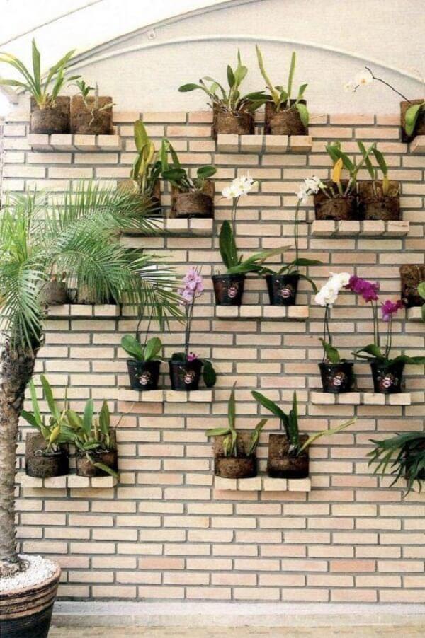 Aproveite o acabamento dos muros decorados para fazer prateleiras que suportem vasos