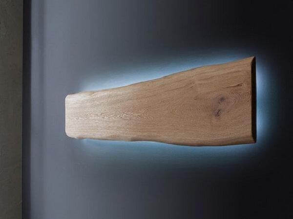 Arandela de madeira com luz de led azul