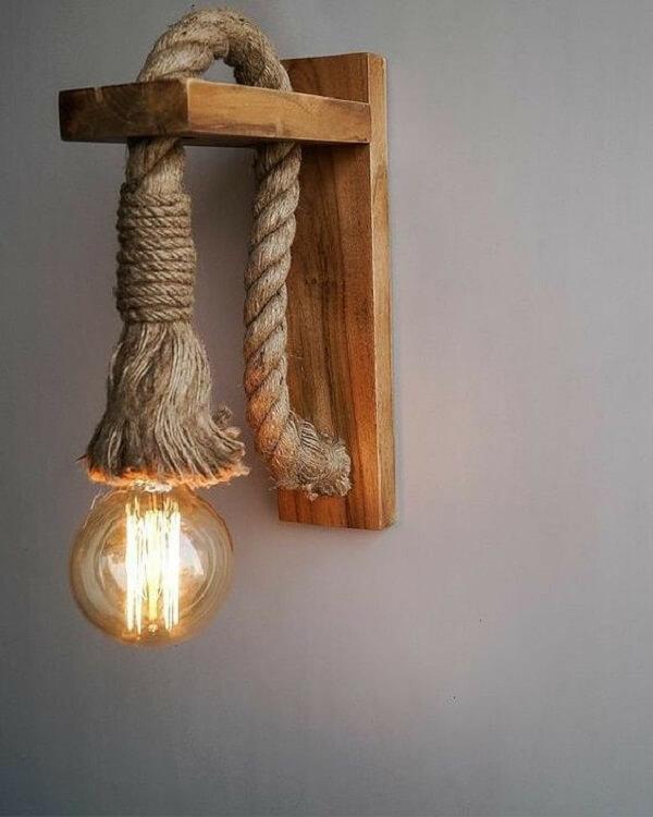 Arandela de madeira feita com corda