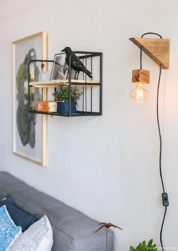 Arandela rústica de madeira traz um ponto de luz para a sala de estar