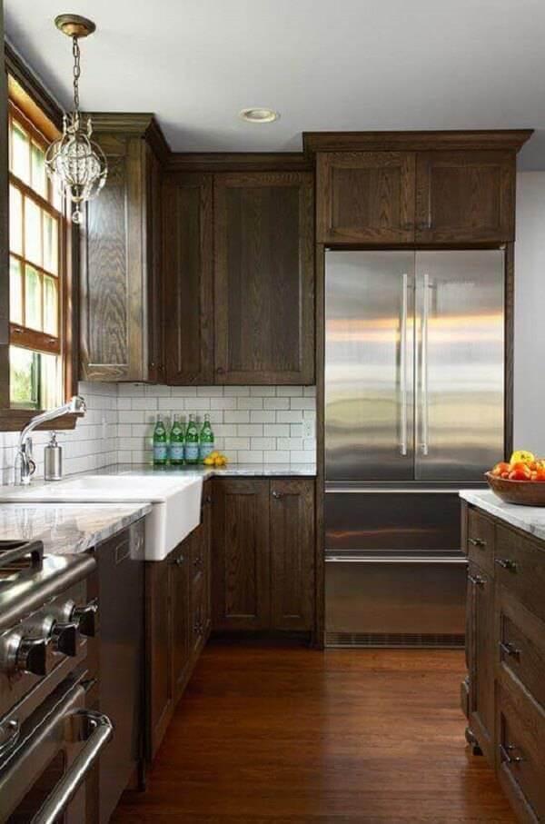 Armário de cozinha cor de madeira com tonalidade escura traz sofisticação ao ambiente