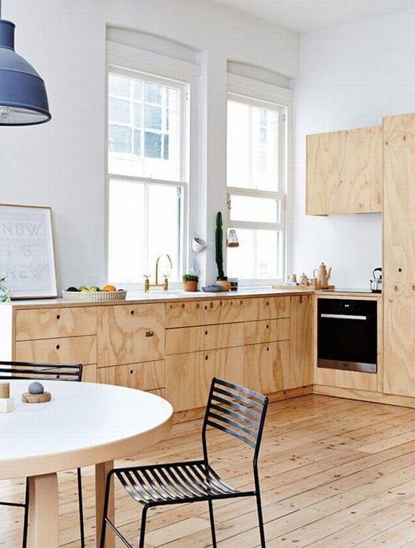 Armário de cozinha cor de madeira feito com marcenaria clara